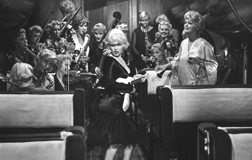 Кадр из фильма «В джазе только девушки»