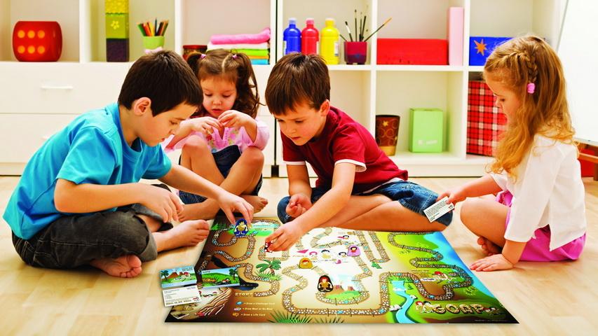 Дети играют в настольную игру. Фото с сайта oflex.ru