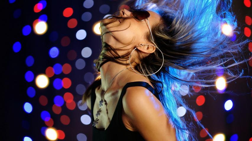 Девушка в клубе. Фото с сайта 1freewallpapers.com