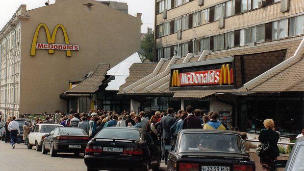 Очередь в Макдональдс. Фото с сайта varlamov.ru