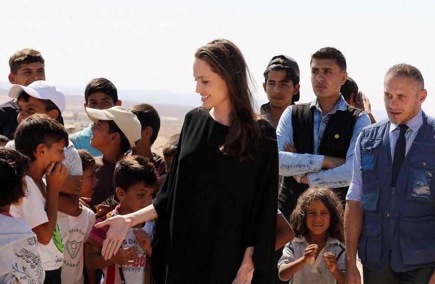 Анджелина Джоли и беженцы. Фото с сайта cosmo.ru