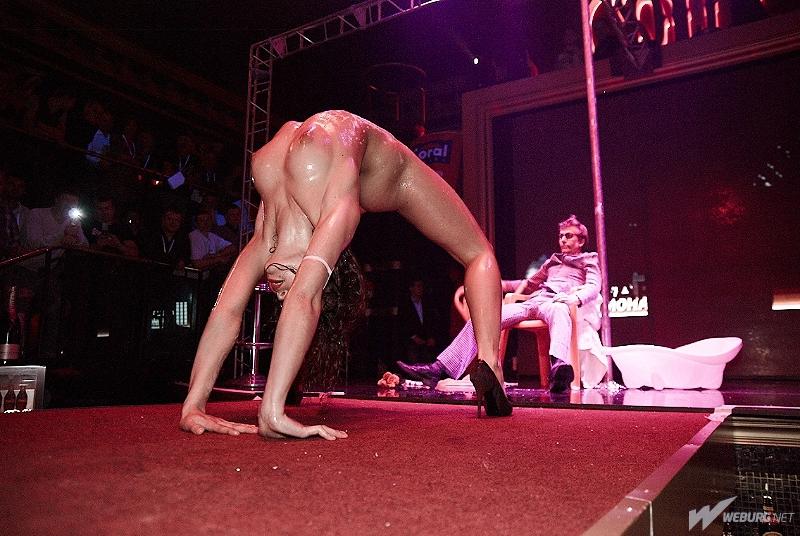 porno-video-ili-striptiz-devushek