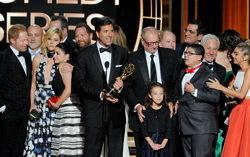 «Американская семейка» получает EMMY. Фото с сайта hollywoodreporter.com