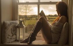 Девушка с книгой. Фото с сайта GoodFon