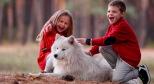 Фото собаки-самоеда и детей с сайта pinterest.ru