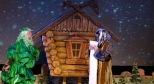 Фото со спектакля «Приключения Новогодней Елки» с сайта teatr-alisa.ru