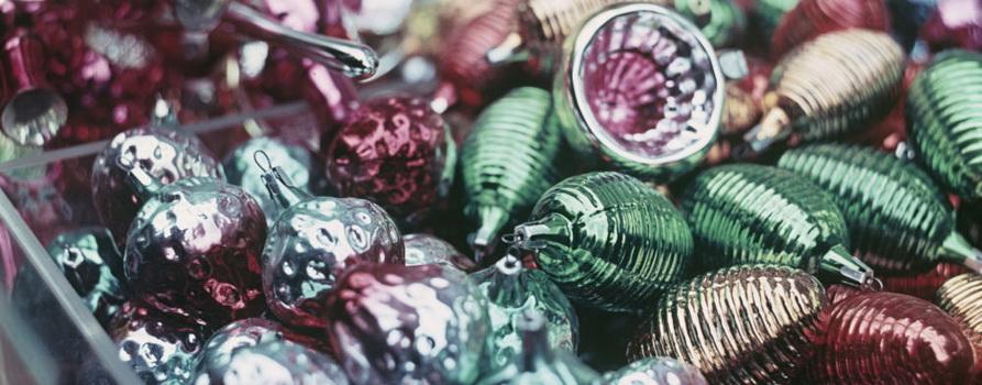 Фото с елочной игрушкой с сайта m.sputnik.by