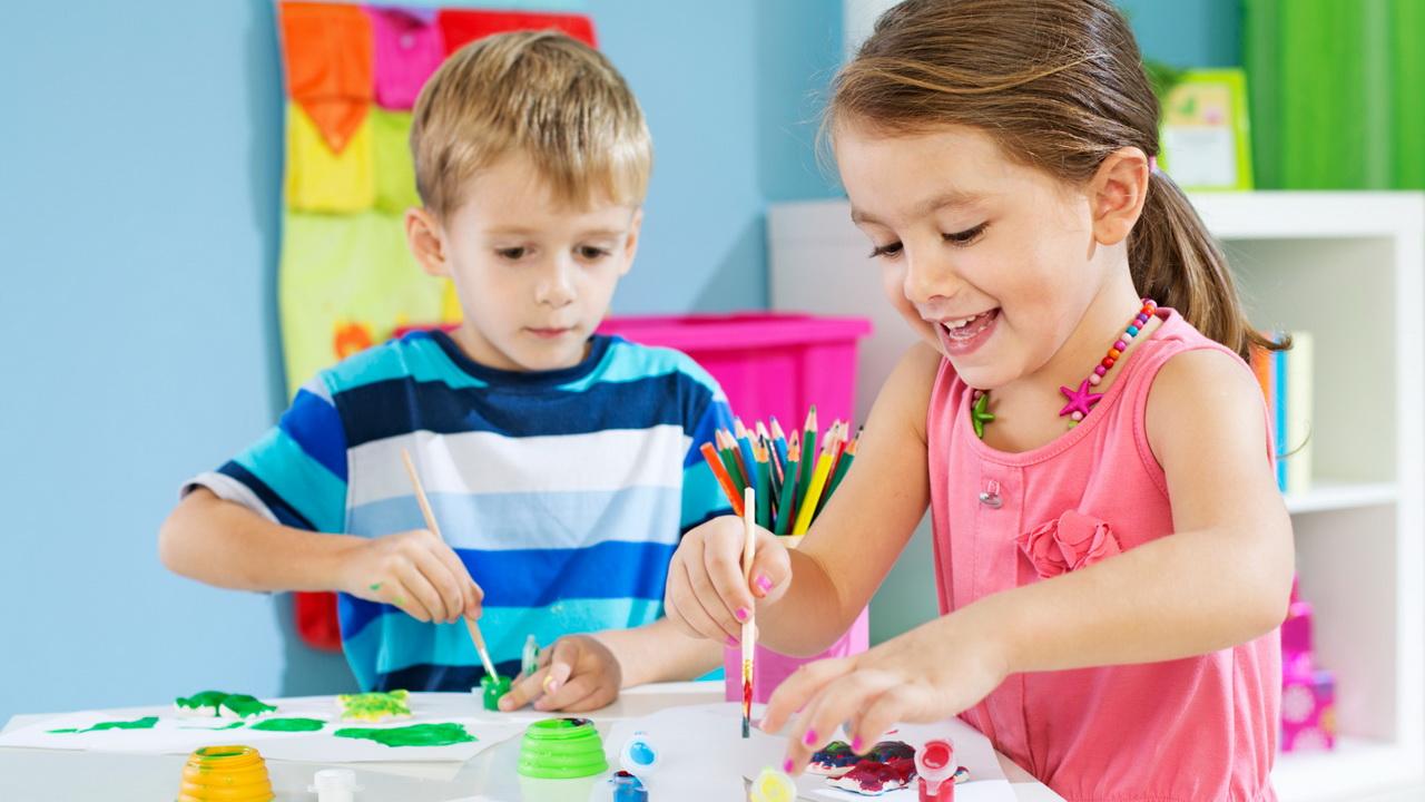 Фото с рисующими детьми с сайта vseodetyah.com