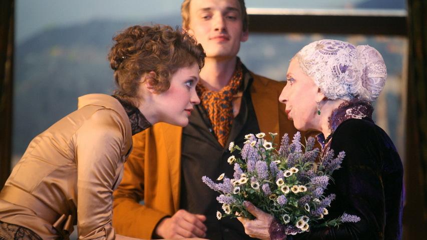 Главный роль в спектакле «Ложь во спасение» играет Инна Чурикова