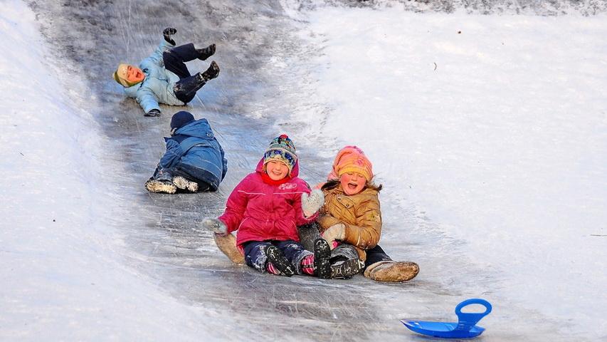 Катание с ледяной горки. Фото с сайта infovoronezh.ru