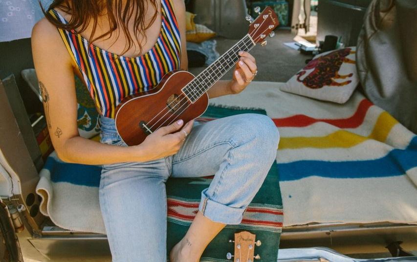 Девушка играет на укулеле. Фото с сайта guitargirlmag.com
