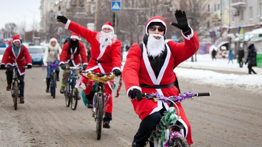 Деды Морозы на велосипедах. Фото с сайта photofact.in.ua