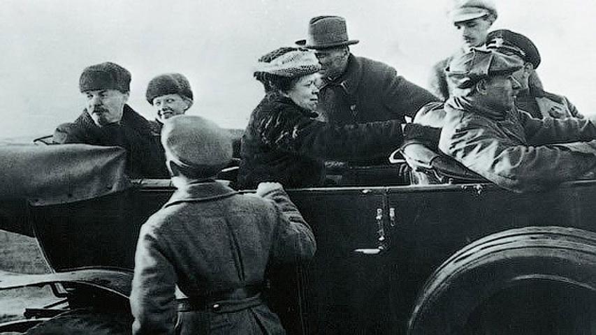 Ленин и компания на конфискованном у царя Renault . Фото с сайта http://amsrus.ru