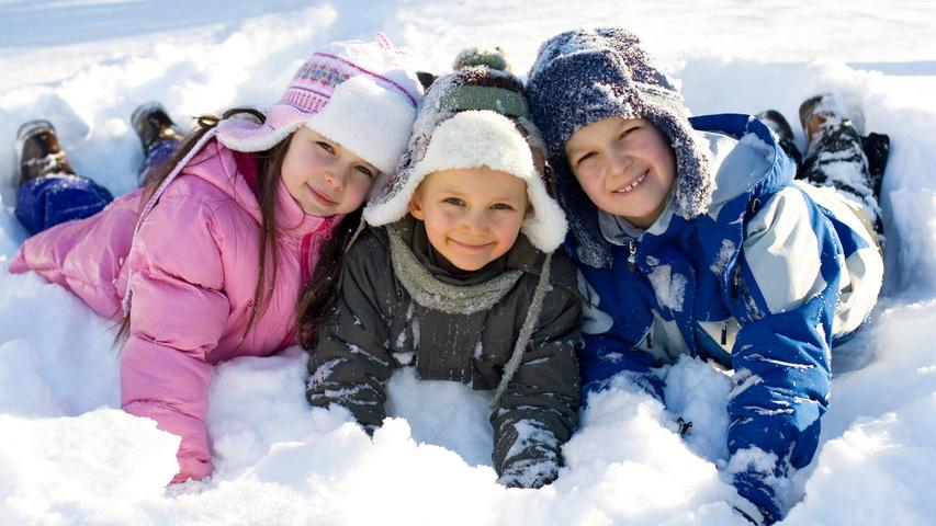 Дети лежат на снегу. Фото с сайта needfull.net