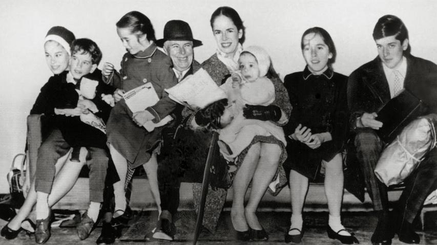 Чарли Чаплин с семьей. Фото с сайта yeni.mobi