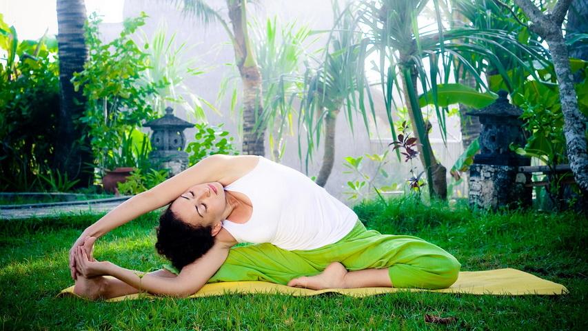 Йога на свежем воздухе. Фото с сайта collections.yandex.ru