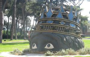 Гигантская голова на солнцепеке у музея студии. Фото (С) Weburg.net
