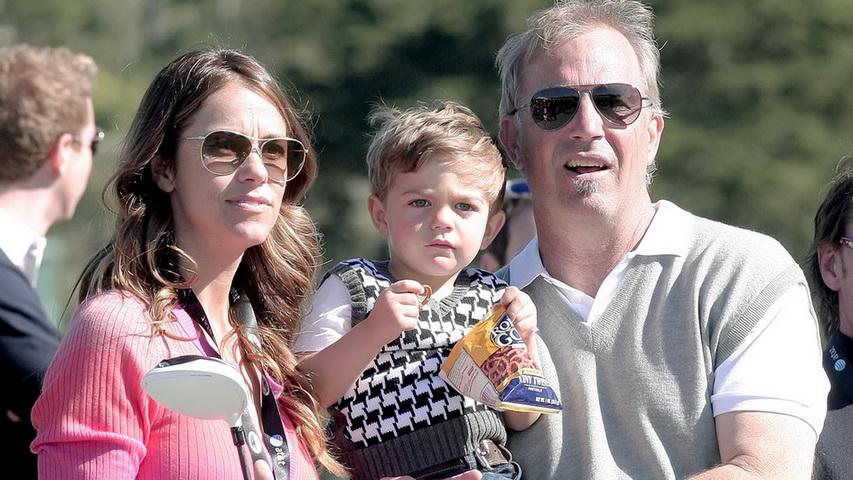 Актер Кевин Костнер с женой и ребенком. Фото с сайта Мик Джаггер с женой и детьми. Фото с сайта styleinsider.com