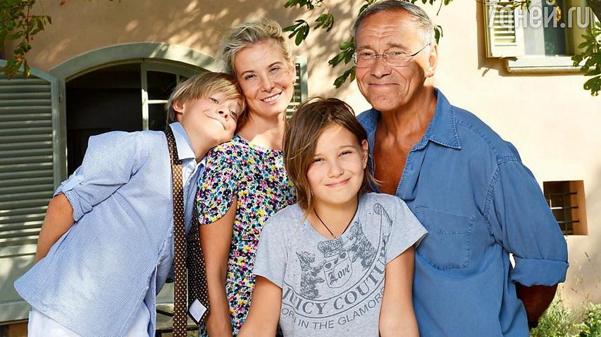 Режиссер Андрей Кончаловский с женой и детьми. Фото с сайта woman.ua
