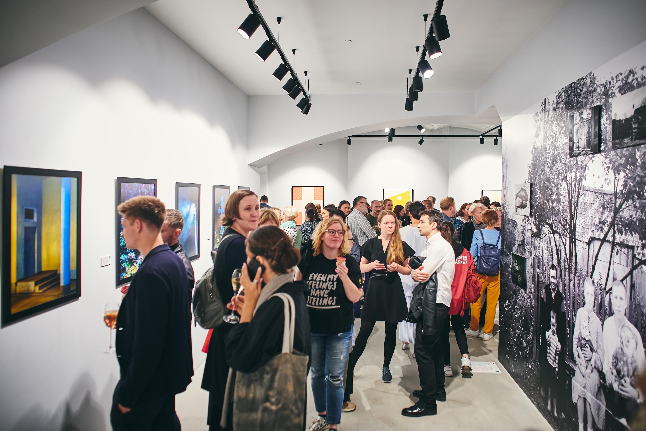 Фото людей на выставке с сайта vk.com