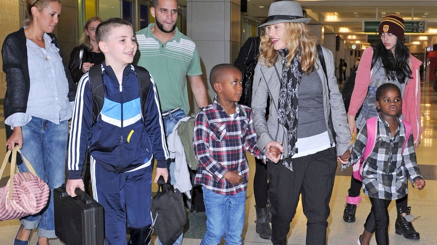 Певица Мадонна с детьми. Фото с сайта superpop.ru