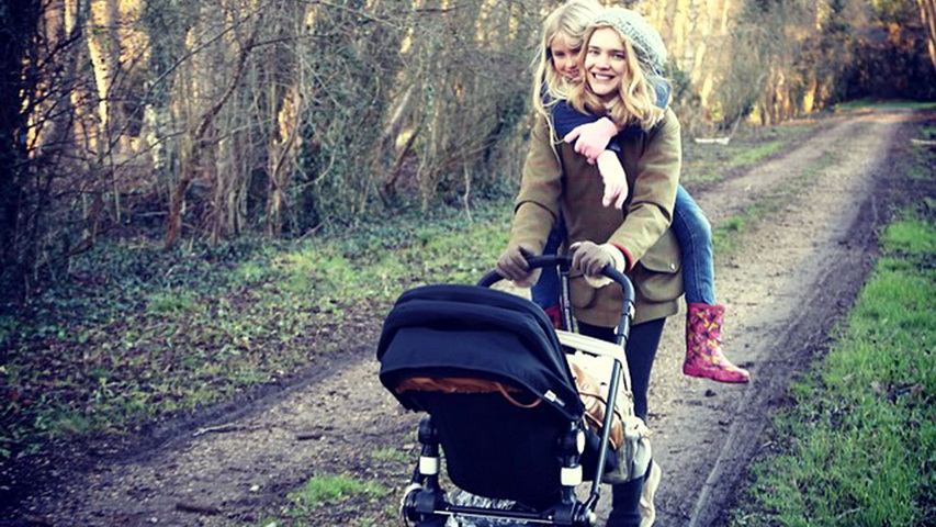 Наталья Водянова с детьми. Фото с сайта vogue.mx