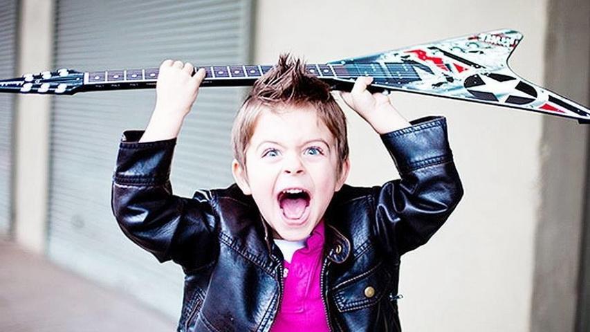Маленький музыкант. Фото с сайта pikabu.ru