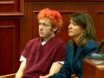 Джеймс Холмс и его адвокат в зале суда. Кадр CNN