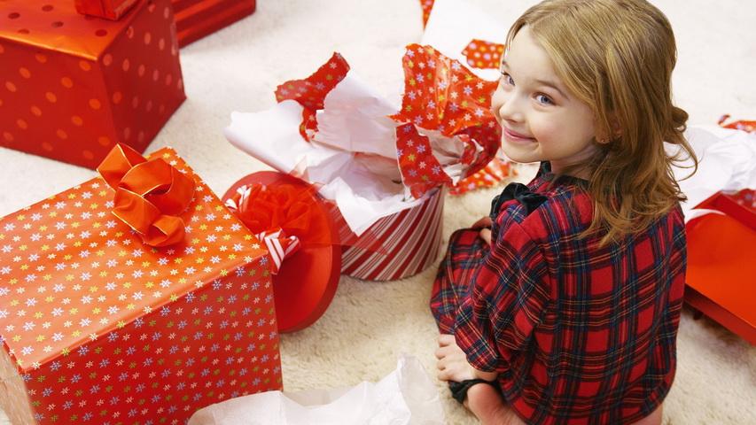 Девочка в пижаме с подарками. Фото с сайта superepus.com