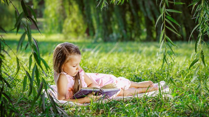 Девочка читает книгу. Фото с сайта yandex.com