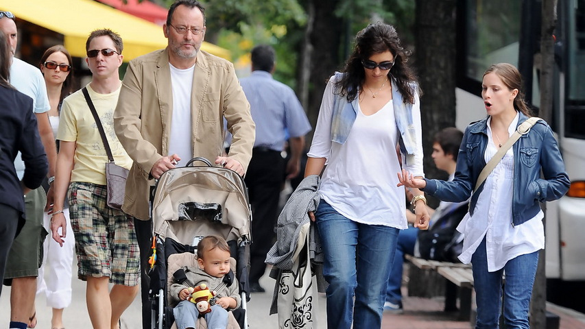 Актер Жан Рено с семьей. Фото с сайта zimbio.com