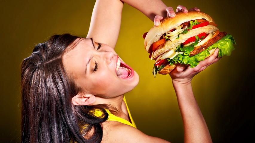 Поедание сочного бургера. Фото с сайта plus.google.com