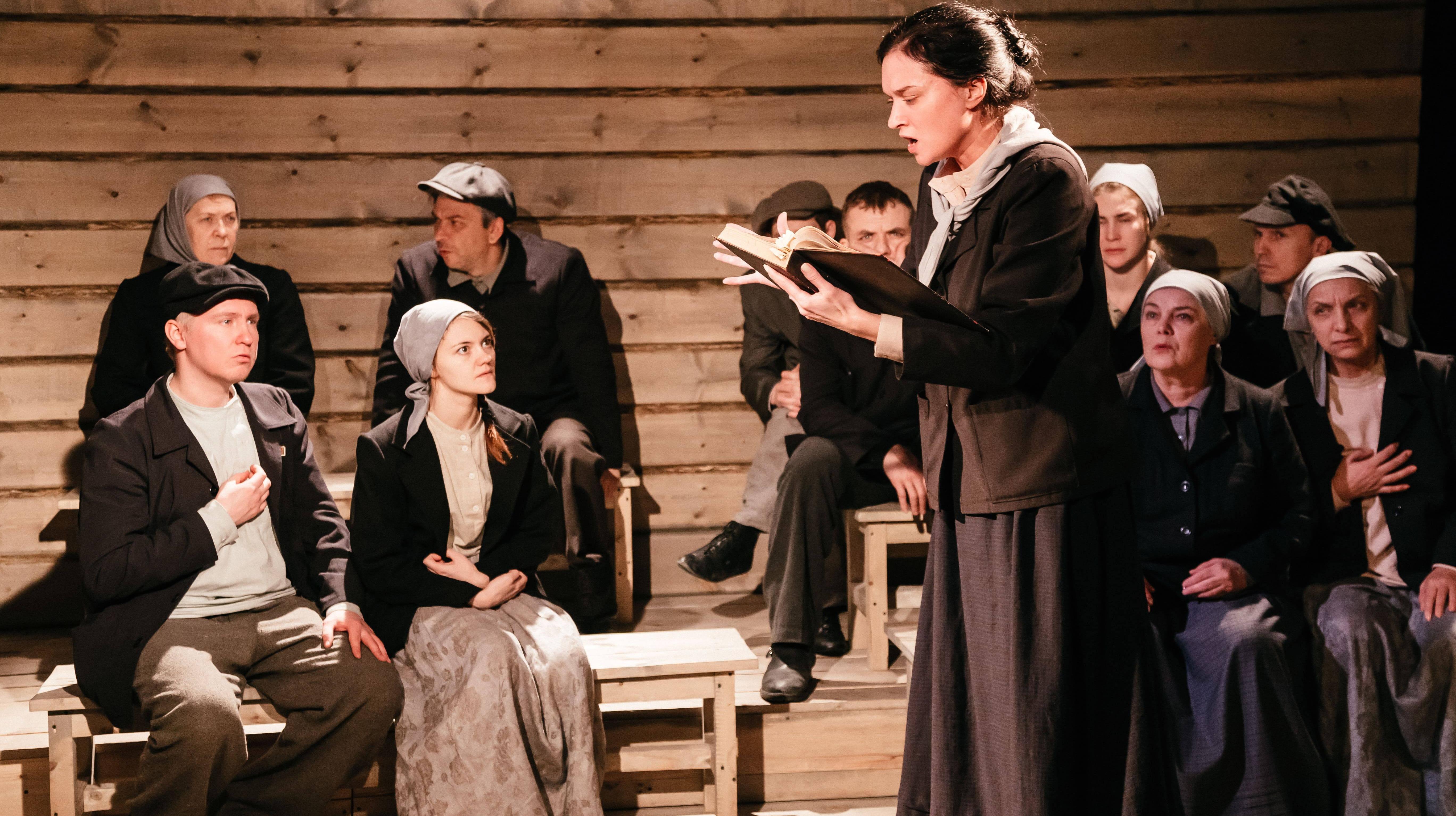 Фото со спектакля «Крестьяне о писателях» с сайта tuz-tomsk.ru