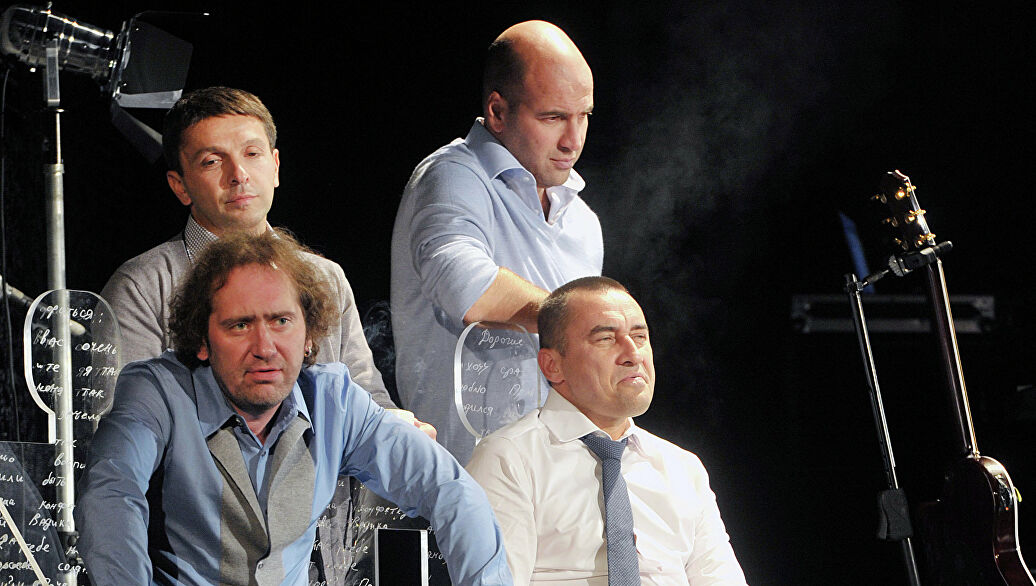 Фото со спектакля «Песни и письма мужчин среднего возраста...» с сайта dn21.img.ria.ru
