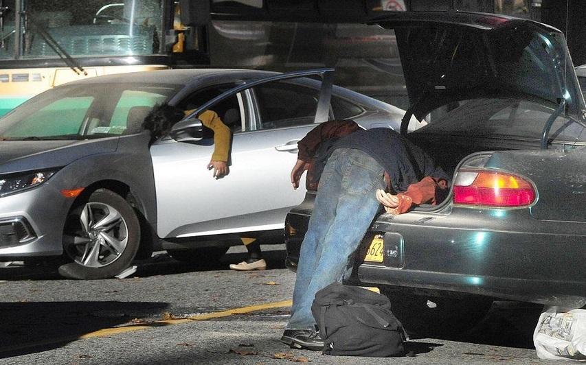 На съемках сериала «Противостояние». Фото с сайта curiocity.com