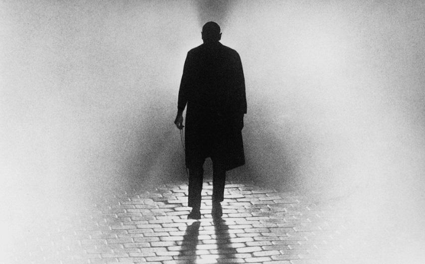 Кадр из фильма «Тени и туман»