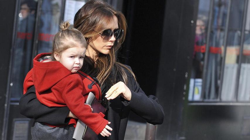 Виктория Бекхэм с младшим ребенком. Фото с сайта celebritybabyscoop.com