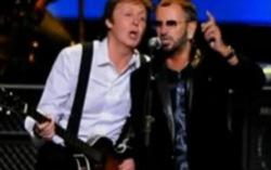 Кадр из выступления Пола МакКартни и Ринго Старра на благотворительном концерте Change Begins Within