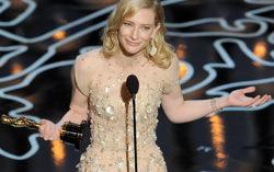 Кейт Бланшетт со своей наградой. Фото с сайта hollywoodreporter.com