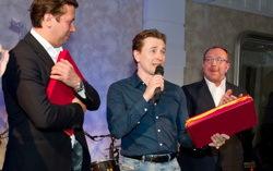 Сергей безруков и Андрей Мерзликин принимают награды за «Золото». Фото с сайта mirff.ru