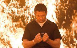 А ведь Батлер буквально горит на работе... Кадр из фильма «Законопослушный гражданин»