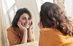 Девушка в зеркале. Фото с сайта rbk.ru