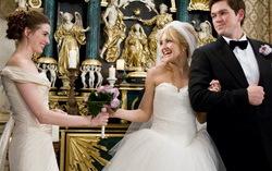 Кадр из фильма «Война невест». Фото с сайта kinoafisha.net
