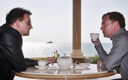 Дмитрий Медведев и Боно. Фото с сайта gazeta.ru