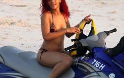 На Рождество Рианна приехала в родной Барбадос, где радует папарацци пляжными развлечениями и новыми купальниками. Фотография с сайта bigpictures.com