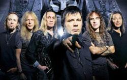 Iron Maiden (Брюс Дикинсон — в центре). Фото с сайта profismart.ru