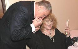 А когда-то он целовал ей руку. Фото с сайта mk.ru