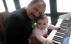 Стас Михайлов с ребенком. Фото с сайта stas-mihaylov-club.ru