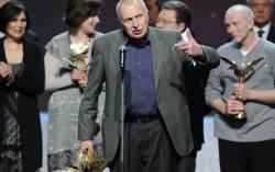 Смирнов на вручении премии «Ника» с наградой. Фото с сайта mosday.r