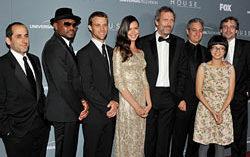 Хью Лори и другие звезды «Доктора Хауса» на прощальной вечеринке. Фото с сайта spletnik.ru